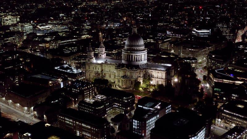 Flyg- nattsikt av Sts Paul domkyrka i London arkivfoto