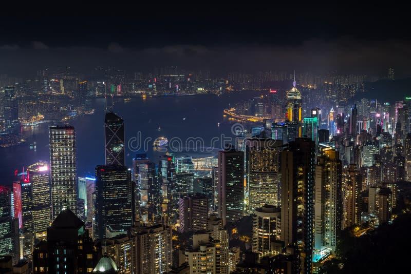 Flyg- nattsikt från det Victoria maximumet till den Kowloon fjärden och skyscrap royaltyfri bild