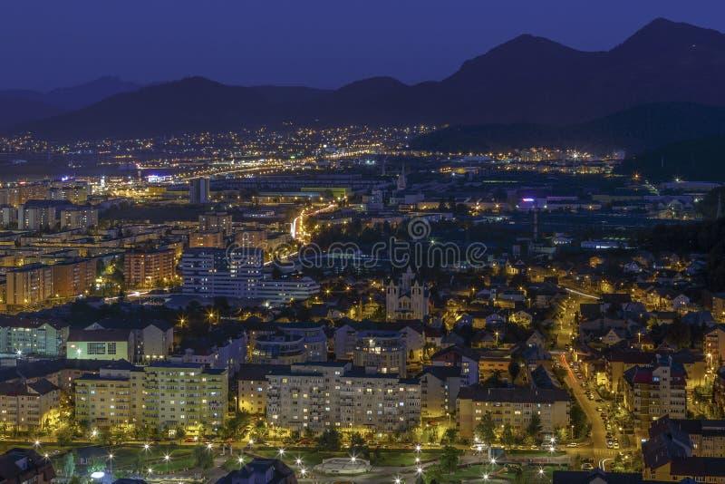 Flyg- nattstadssikt av den Brasov staden royaltyfri fotografi