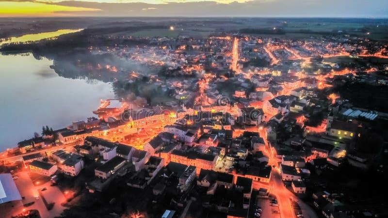 Flyg ovanför centrum vid sjön med smog på solnedgången, Polen fotografering för bildbyråer