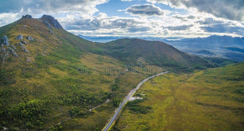 Flyg- panorama av berg och gröna kullar längs Gordon River royaltyfri bild