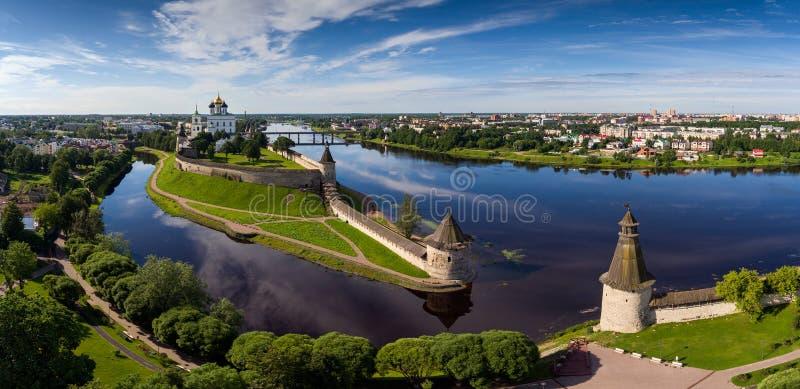 Flyg- panorama av den Pskov Kreml royaltyfri bild