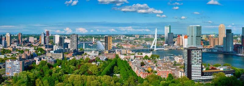 Flyg- panorama av den Rotterdam staden och Erasmus-bron royaltyfria foton