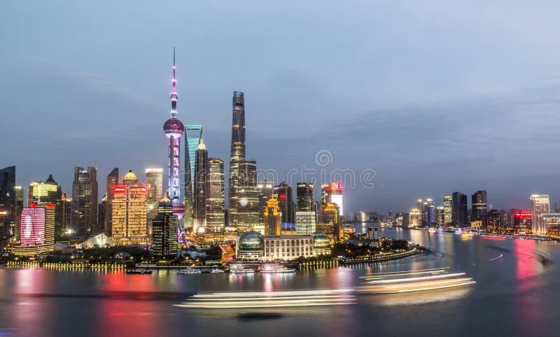 Flyg- panorama av det Pudong området på natten, Shanghai royaltyfri foto