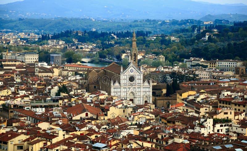 Flyg- panorama av Florence den gamla staden uppifrån av Florence Cathedral Il Duomo di Firenze med en sikt av fullsatta hus royaltyfria bilder
