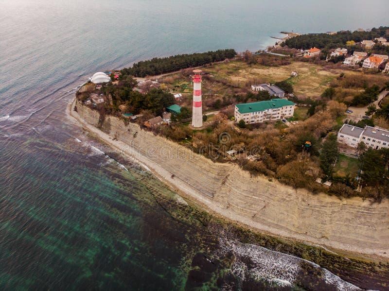 Flyg- panorama av fyren på tusen av den Gelendzhik staden, havssemesterort på Black Sea för sommarlopp och turism, kustlinje fotografering för bildbyråer