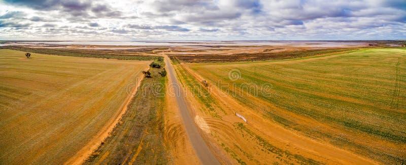 Flyg- panorama av jordbruksmarker och saltar den grunda sjön Tyrrell royaltyfri foto