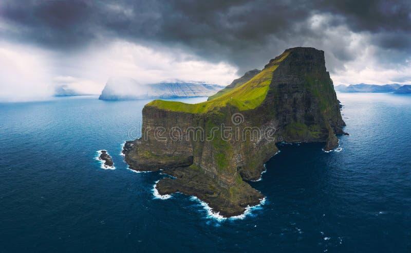 Flyg- panorama av massiva klippor av Kalsoy på Faroe Island arkivfoto