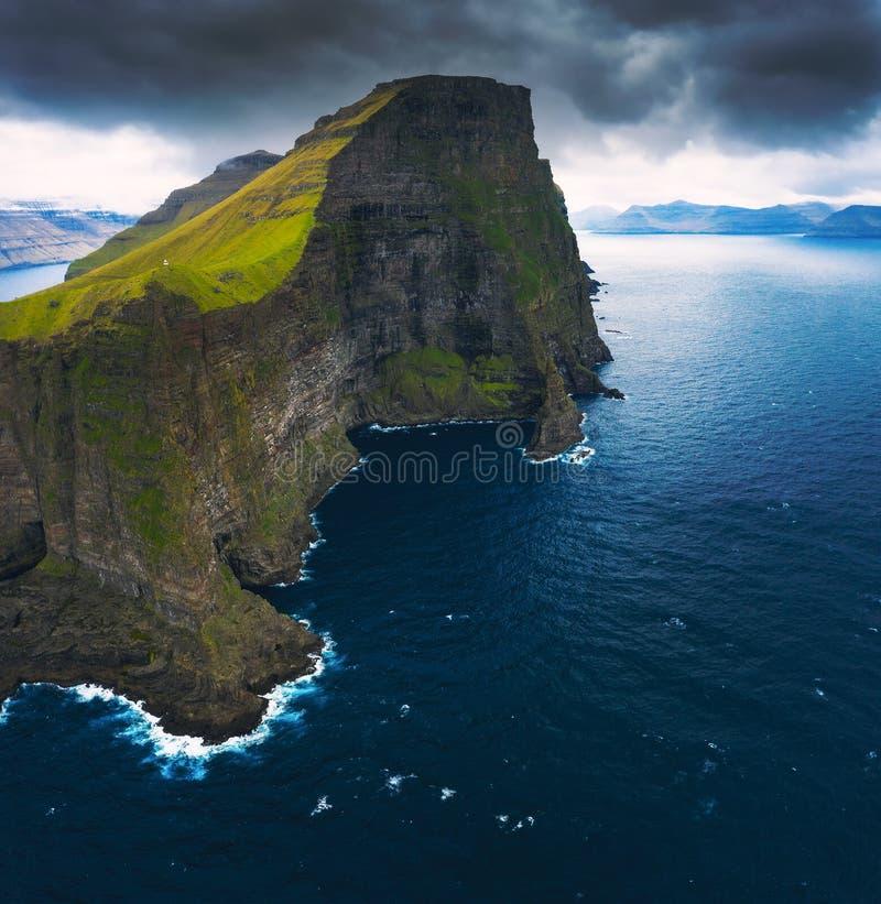 Flyg- panorama av massiva klippor av Kalsoy på Faroe Island royaltyfria foton
