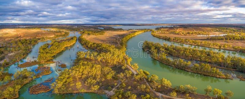 Flyg- panorama av Murray River och den Wachtels lagun royaltyfri fotografi