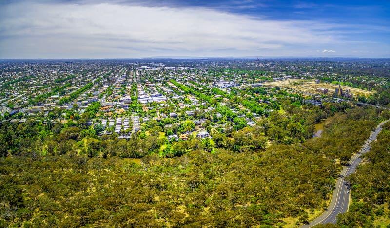Flyg- panorama av parkerar och förorts- område i Melbourne, Australien royaltyfri fotografi