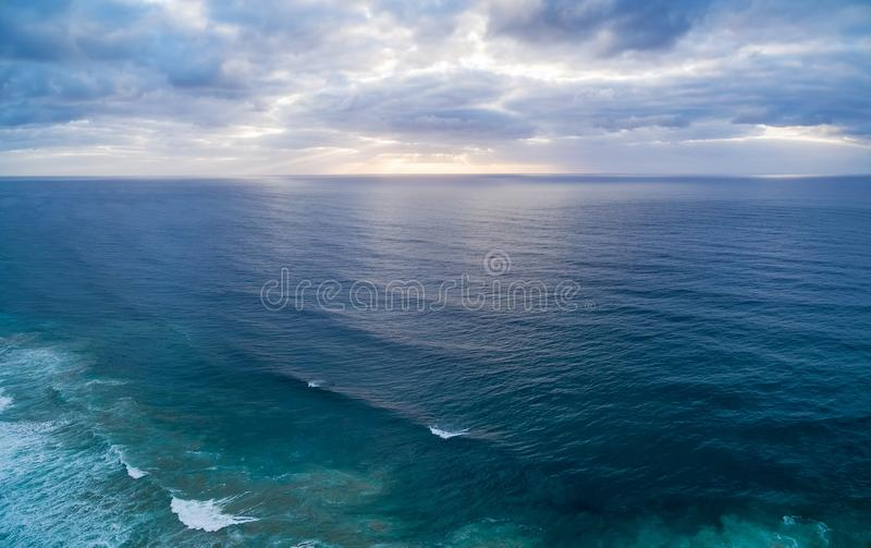 Flyg- panorama av solnedgången över vatten arkivfoton