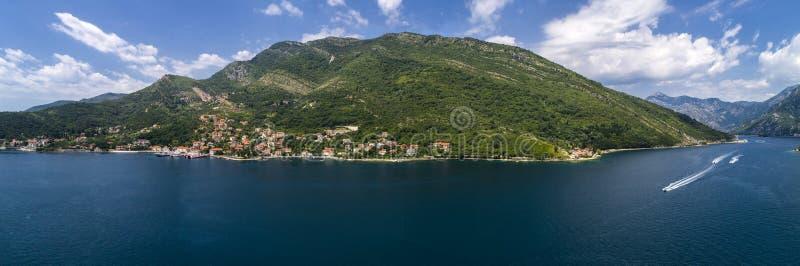 Flyg- panorama- härlig sikt från ovannämnt till den Kotor fjärden och stamgästpassagerarfärjan från Lepetane till Kamenari vid en royaltyfri bild