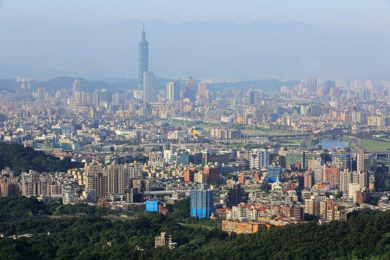 Flyg- panorama- plats av den överbefolkade Taipei staden i en disig morgon med en sikt av det Taipei 101 tornet i det XinYi områd arkivfoton