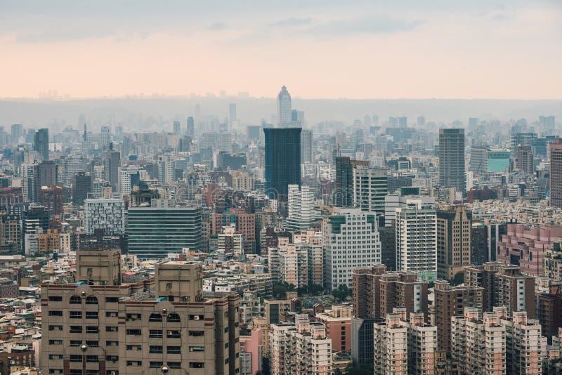 Flyg- panorama ?ver i stadens centrum Taipei med lager av berget i bakgrund i skymningen fr?n det Xiangshan elefantberget royaltyfria foton