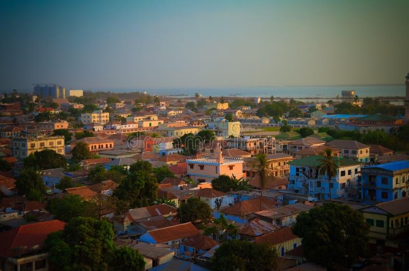 Flyg- panoramasikt till staden av den Banjul och Gambia floden arkivfoto