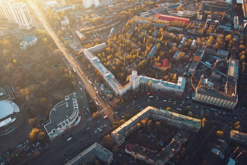 Flyg- panoramautsikt av den europeiska staden på solnedgången med asfaltvägar och gamla byggnader fotografering för bildbyråer