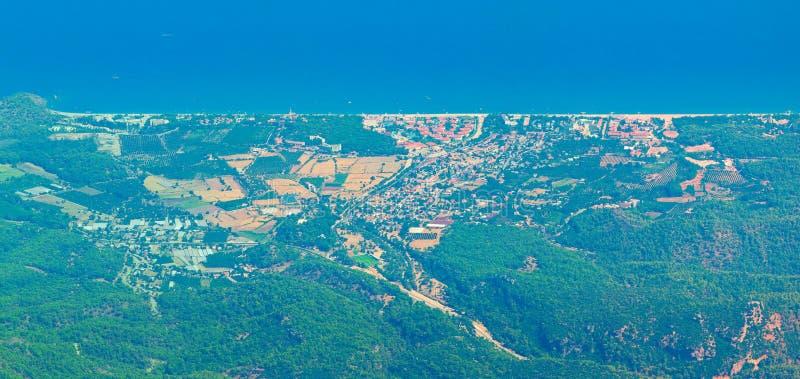 Flyg- panoramautsikt av den lilla semesterortstaden Tekirova: medelhavs- kust av det Antalya landskapet arkivbilder