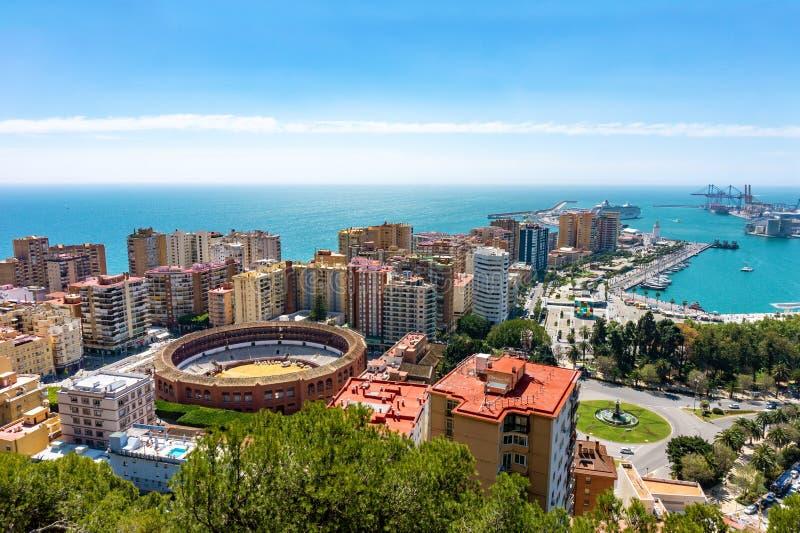 Flyg- panoramautsikt av den Malaga staden med tjurfäktningsarenan, Andalusia, Spanien i en härlig sommardag fotografering för bildbyråer