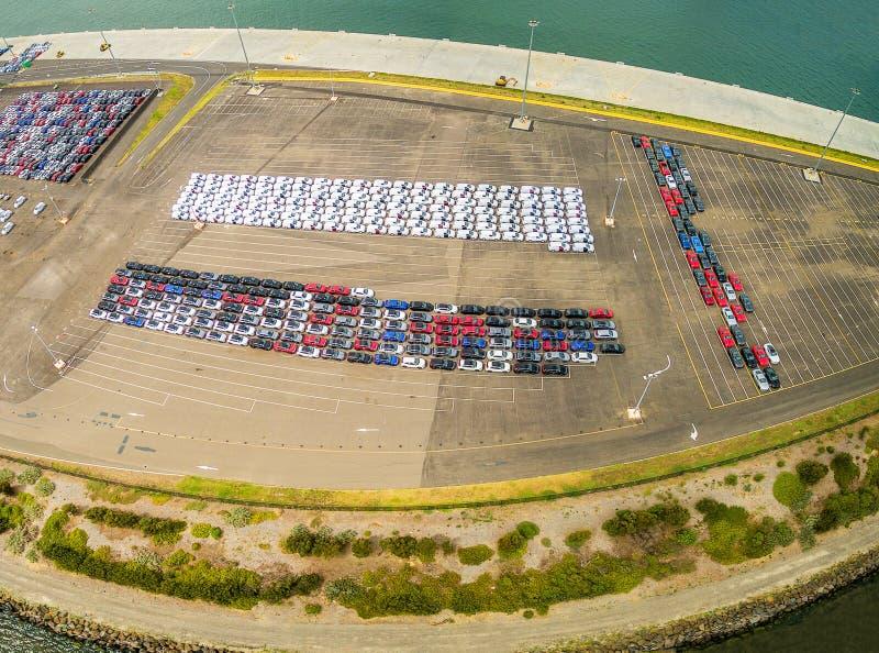 Flyg- panoramautsikt av den stora parkeringsplatsen med nya importerade bilar i port Melbourne, Australien royaltyfria bilder