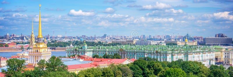 Flyg- panoramautsikt av det Amiralitetet tornet och eremitboningen, St Petersburg Ryssland royaltyfri foto