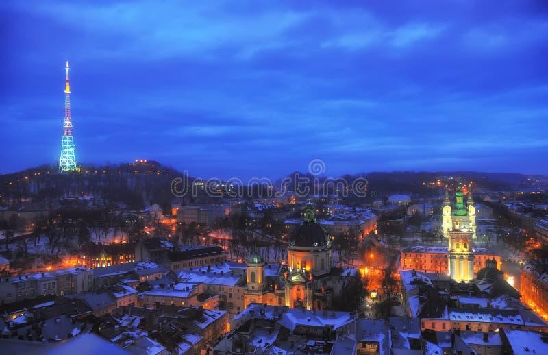 Flyg- panoramautsikt av det historiska centret på natten, Lviv, Ukraina Lokal för Unesco-världsarv fotografering för bildbyråer