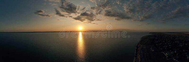 Flyg- panoramautsikt av ett härligt naturlandskap med dramatisk molnsolnedgånghimmel och sikter av havsyttersidan royaltyfri fotografi