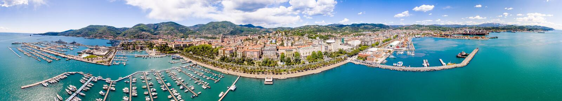 Flyg- panoramautsikt av LaSpezia port från havet, Liguria - royaltyfria foton