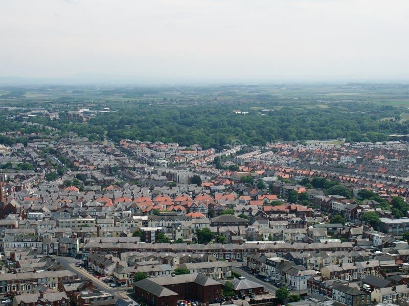 Flyg- panoramautsikt av staden av blackpool som ser östlig visning gatorna och vägarna av staden med lancashirebygd arkivfoton