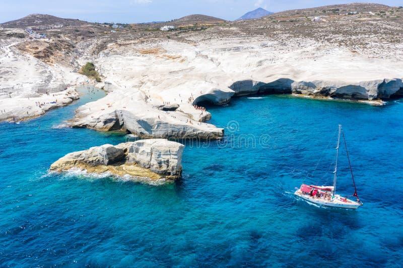 Flyg- panoramautsikt till den populära Sarakiniko stranden, Milos, Cyclades, Grekland royaltyfri bild