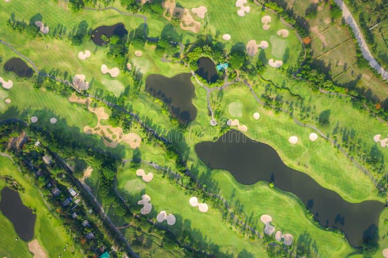 Flyg- panoramautsiktsurrskott av den härliga golfbanan med folk som spelar golf i fält fotografering för bildbyråer