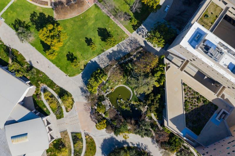 Flyg- plansikt av den japanska trädgården i den Cal Poly Pomona universitetsområdet royaltyfria bilder