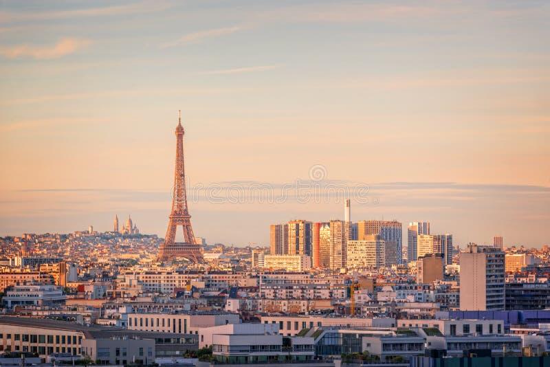 Flyg- scenisk sikt av Paris med Eiffeltorn på solnedgången, Montmartre i bakgrunden, begrepp för Frankrike stadslopp arkivfoton