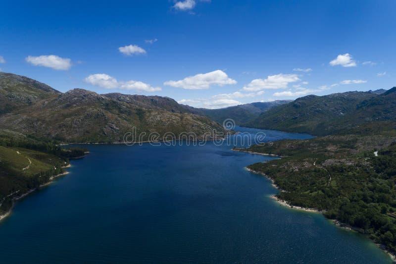 Flyg- scenisk sikt av sjön på den Vilarinho das Furnas fördämningen, Peneda Geres nationalpark arkivbild