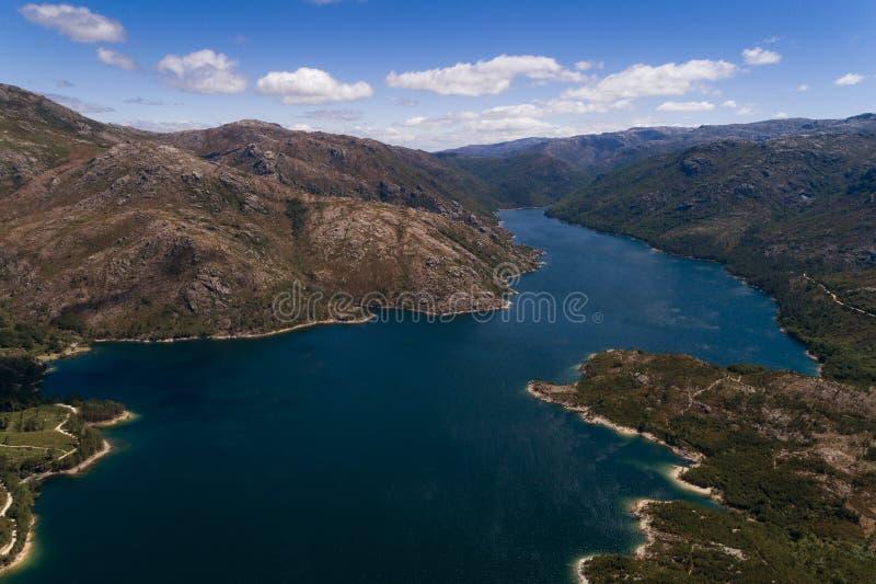 Flyg- scenisk sikt av sjön på den Vilarinho das Furnas fördämningen, Peneda Geres nationalpark arkivfoton