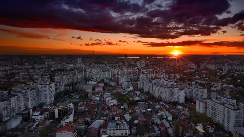 Flyg- sikt över Bucharest på solnedgången arkivfoto