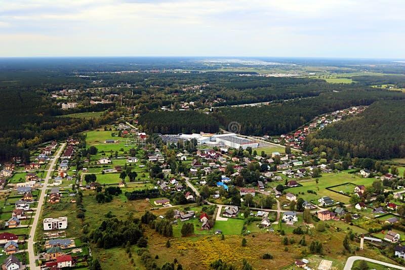 Flyg- sikt över bygd i Lettland nära Riga och golf av Riga arkivfoto