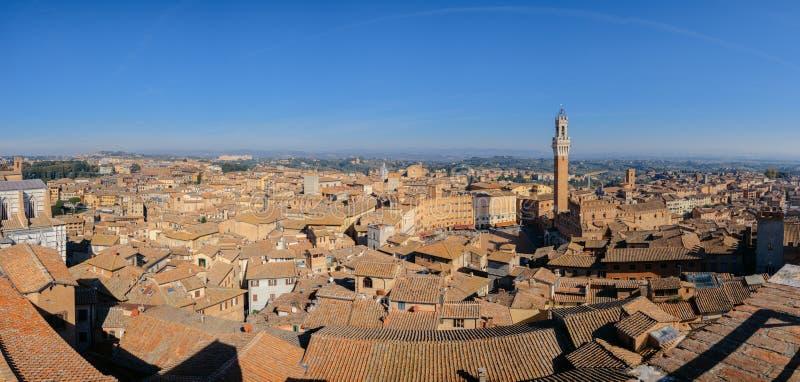 Flyg- sikt över den medeltida staden av Siena, Italien inklusive Il arkivbilder