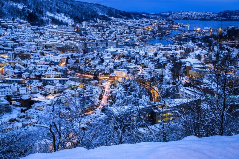 Flyg- sikt över det snöig centret av Bergen från monteringen Ulriken på natten i vinter royaltyfria bilder