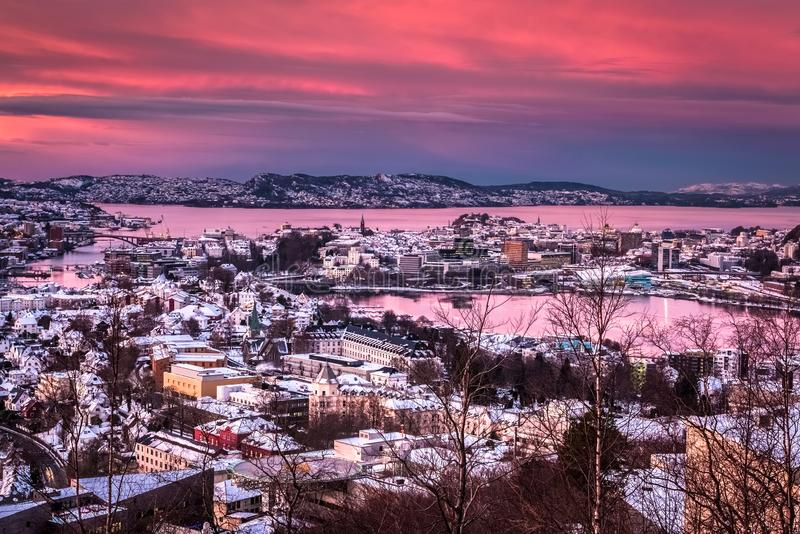 Flyg- sikt över det snöig centret av Bergen från monteringen Ulriken på solnedgången i vinter royaltyfria foton