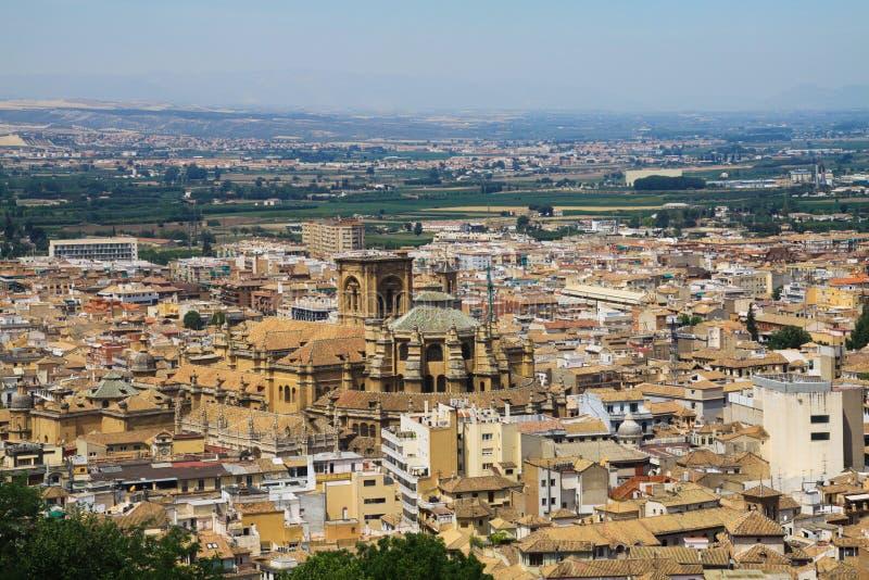 Flyg- sikt över Granada från Alhambra med den domkyrkaCatedral renacentistaen, Andalusia royaltyfria bilder