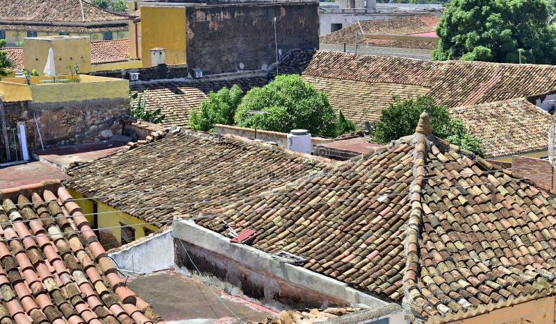 Flyg- sikt över taken av den koloniala staden Trinidad, pittoreska beståndsdelar av traditionell arkitektur arkivbilder