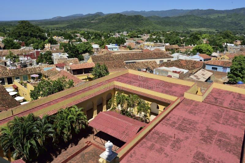 Flyg- sikt över taken av den koloniala staden Trinidad, pittoreska beståndsdelar av traditionell arkitektur arkivfoton