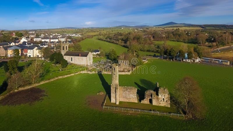flyg- sikt Abbotskloster och domkyrka för St Mary ` s ferns Co Wexford ireland royaltyfria bilder