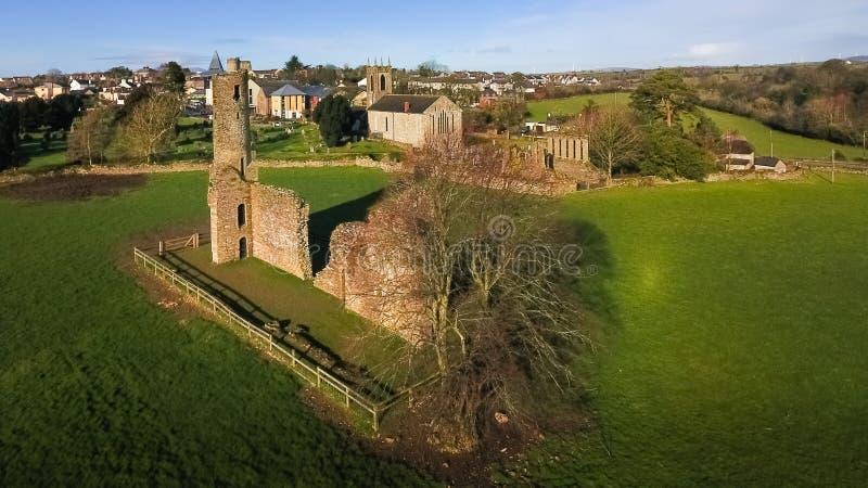 flyg- sikt Abbotskloster och domkyrka för St Mary ` s ferns Co Wexford ireland royaltyfri foto