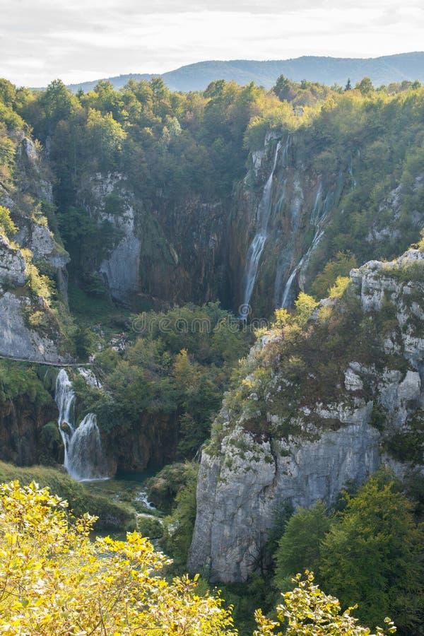 Flyg- sikt av åtskilliga vattenfall på plitvicesjönationalparken Kroatien arkivfoto