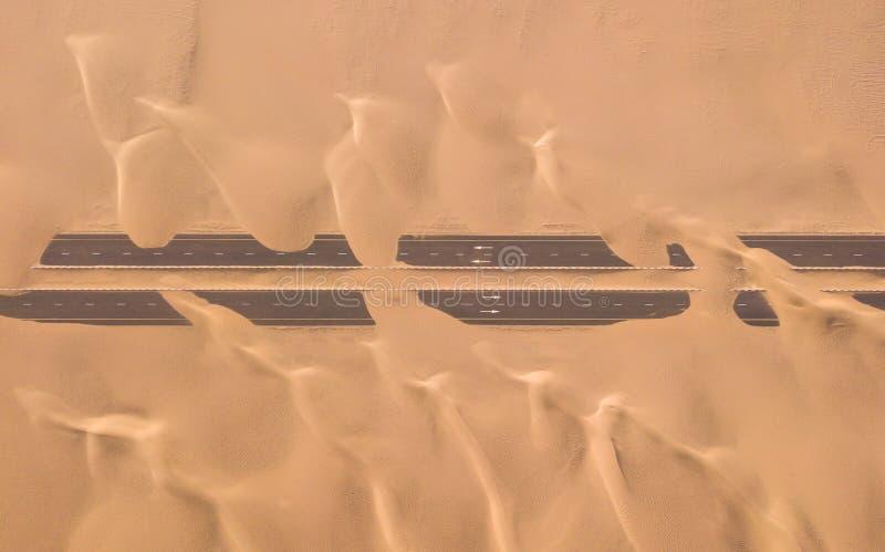 Flyg- sikt av ökenväg som en är överkörd vid sanddyn arkivbild