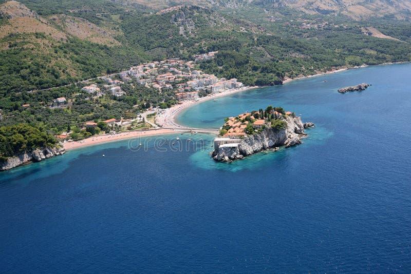 Flyg- sikt av ön Sveti Stefan, Montenegro royaltyfria foton