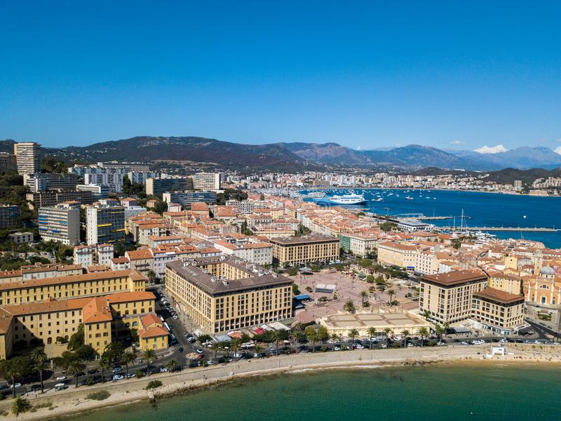 Flyg- sikt av Ajaccio, Korsika, Frankrike Det hamnområdet och centret som ses från havet royaltyfri bild