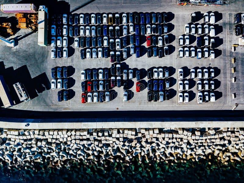 Flyg- sikt av använda bilar uppställda i porten royaltyfria bilder